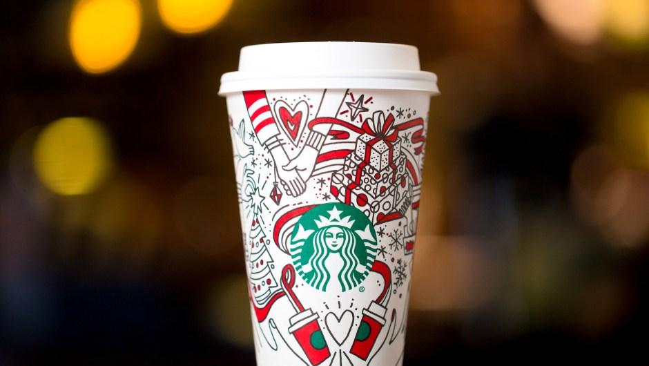 El vaso navideño de Starbucks 2017 desafía a los aficionados a su café a ser creativos, con un diseño que puede pintar y personaliza. Crédito: Joshua Trujillo, Starbucks
