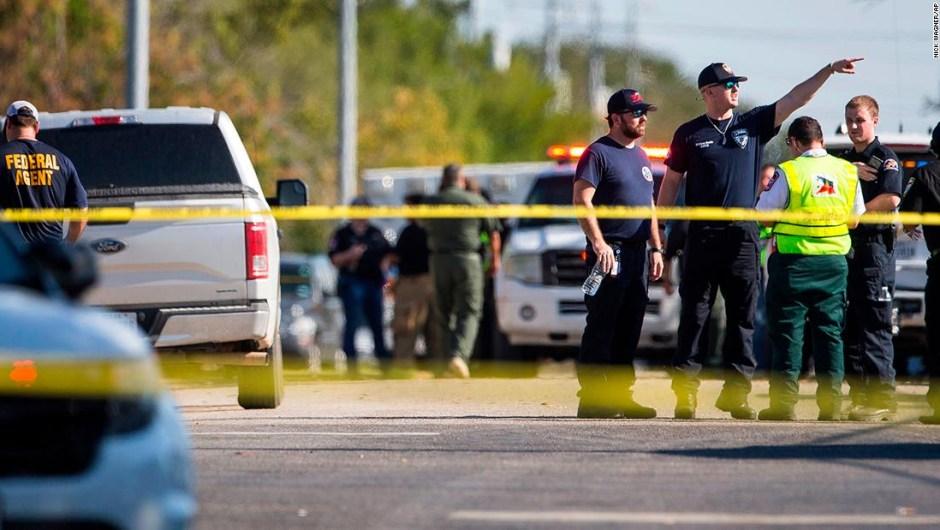 Policías trabajando en el lugar de los disparos.