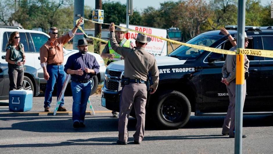 Agentes de policía controlan una de las barricadas cerca de la iglesia bautista de Sutherland Springs. Al menos 26 personas murieron en el tiroteo, dijeron las autoridades.