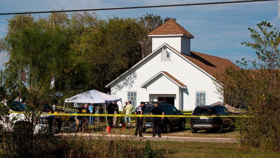 Personal de emergencia responde al tiroteo en la iglesia bautista en Sutherland Springs, Texas, el domingo 5 de noviembre de 2017.