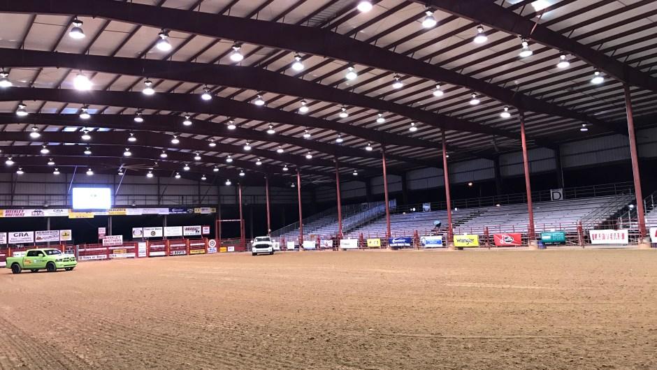 Así es cómo se ve la arena antes del comienzo del rodeo.