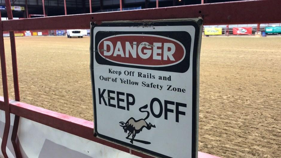 ¡Aléjate! En un rodeo está prohibido estar cerca de las vallas por motivos de seguridad ya que un animal podría herirte.