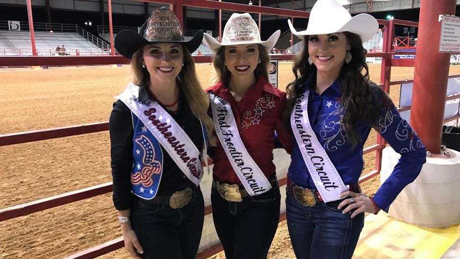 La belleza también se hace presente en los rodeos. Estas chicas son las ganadoras del concurso de belleza Miss Southeastern Circuit y vienen de los estados de Florida, Arkansas y Pensilvania. El concurso de Miss Southeastern Circuit representa al rodeo del sudeste del país.
