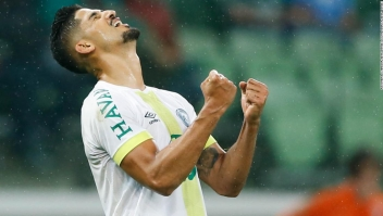 Tulio de Melo de Chapecoense celebra después de anotar su segundo gol durante el partido entre Palmeiras y Chapecoense para Brasileirao Series A 2017
