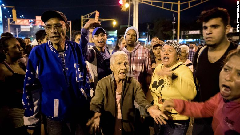 epa06407592 A group of people protest at night, in Caracas, Venezuela, 27 December 2017. Venezuela saw a Christmas with protests as in the last week there have been almost daily demonstrations for lack of supplies which includes domestic gas, food and water. EPA-EFE/MIGUEL GUTIERREZ