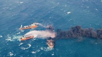 En esta foto proporcionada por el Ministerio de Transporte de China el 10 de enero, barcos contra incendios intentan apagar las llamas del banquero Sanchi en el Mar Oriental de China, en la costa oriental de China.