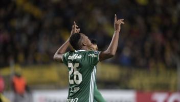 Brazil's Palmeiras player Yerry Mina celebrates after scoring a goal against Uruguay's Penarol during their Libertadores Cup football match at the Campeones del Siglo Stadium in Montevideo on April 26, 2017. / AFP PHOTO / MIGUEL ROJO (Photo credit should read MIGUEL ROJO/AFP/Getty Images)