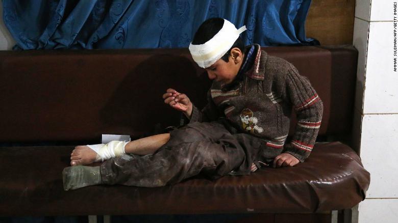 Ghaith, un niño herido de 12 años, llora mientras espera por tratamiento y noticias de su madre, que está en la sala de operaciones. Fueron alcanzados en un ataque aéreo en la ciudad de Jisreen.