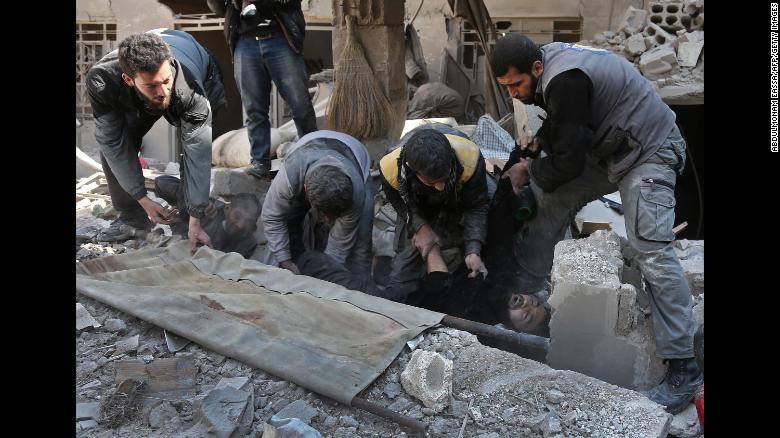 Miembros de un equipo civil de defensa en Siria rescatan a un hombre en Hamouria. El 21 de febrero de 2018.