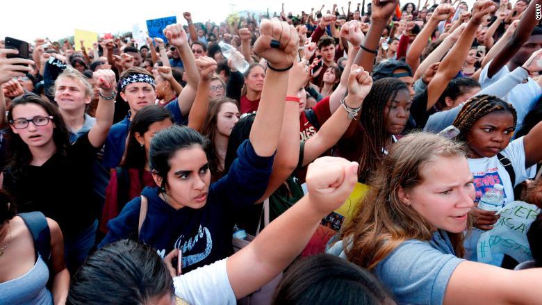 Estudiantes protestan contra las armas tras el tiroteo de Parkland