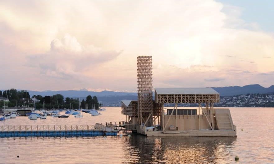 Este edificio flotante de madera es el Pabellón de Reflexiones en Zúrich. Fue parte de Manifesta, una bienal de arte contemporáneo. Foto: Wolfgang Traeger.