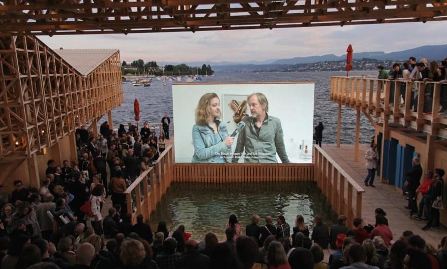 """Descrito como una """"isla urbana"""", la estructura flotante está pensada para un uso de esparcimiento y cuenta con cine al aire libre. Foto: Wolfgan Traeger. Cortesía de Manifiesta."""