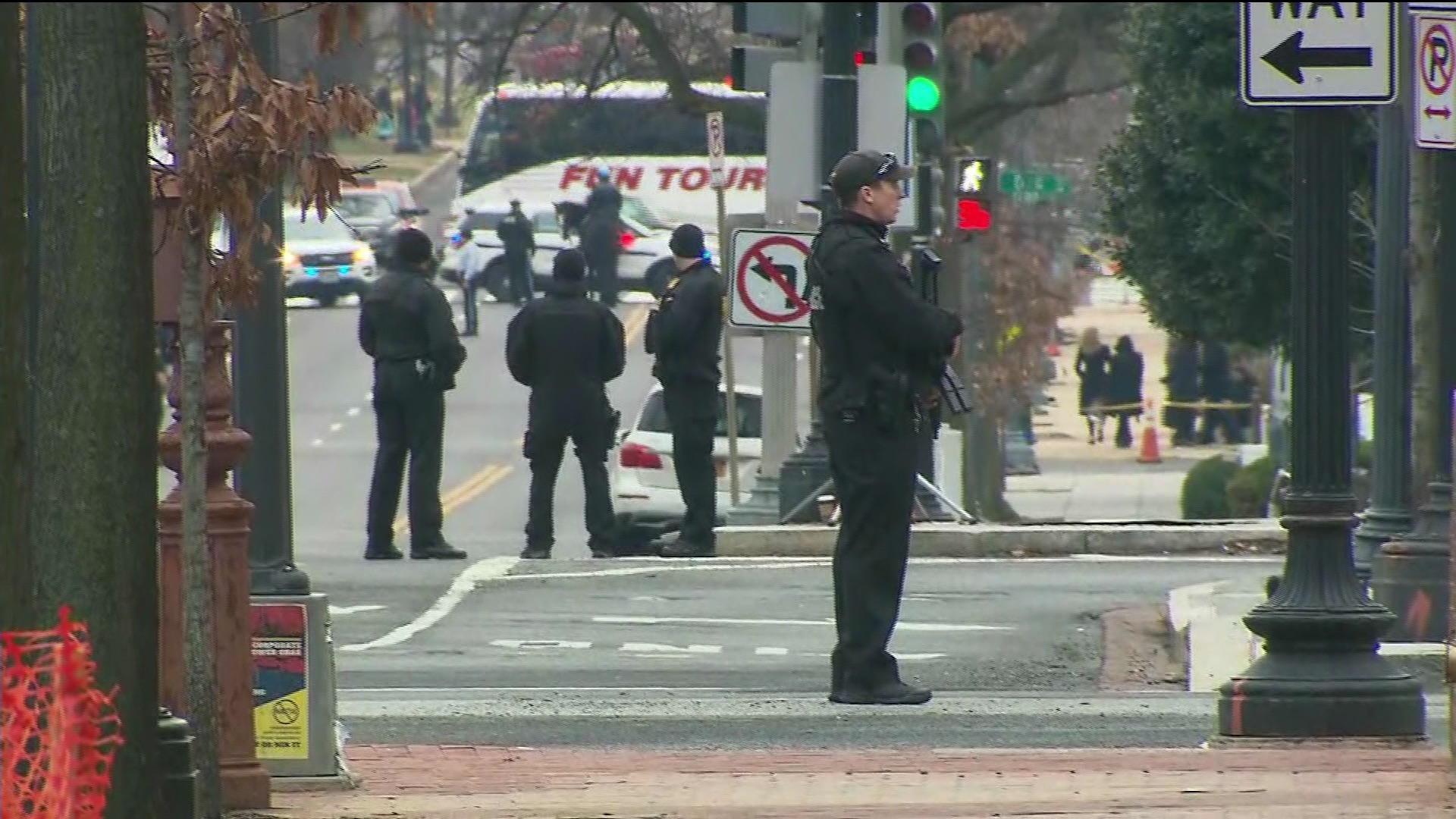 Agentes vigilan los alrededores de la Casa Blanca