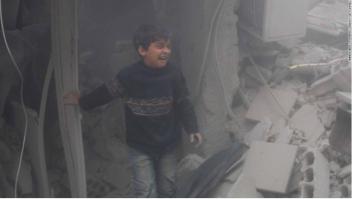 Niño entre ruinas tras un bombardeo en Guta Oriental, Siria
