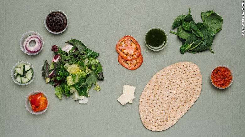 Para vegetarianos, el combo de tomate, mozzarella rallada y ensalada clásica de Panera Bread tiene menos sodio comparado con otras comidas con tomado, como una porción de pizza, y tiene una satisfactoria cantidad de fibra y proteínas.