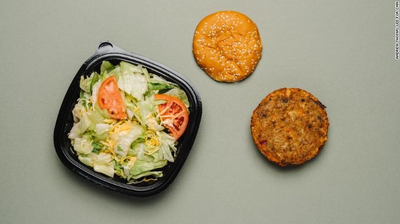 Burger King ofrece la hamburguesa vegetariana Morningstar con lechuga, tomates, cebolla, pepinillos, ketchup y mayonesa. Pero los condimentos tienen altas cantidades de sodio. Una ensalada verde es buena, pero quita los picatostes y añadidos, que tienen aún más sodio.