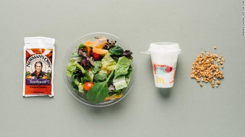 La fruta y el yogourt de McDonald's es sabroso, bajo en grasas saturadas y rico en calcio. Ofrece también las bayas antioxidantes y por lo tanto es estupendo para vegetarianos. Esto en el lado ligero, así que combínalo con la ensalada Southwerst, sin pollo, con cilantro y veladura de lima y mezcla vegetal, una mezcla de frijoles negros, maíz tostado, tomate y pimiento.