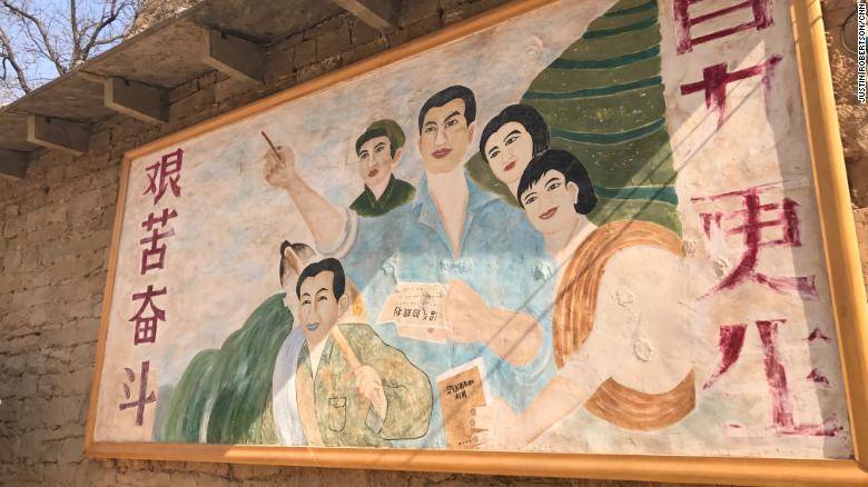 Un cartel de propaganda que muestra a Xi Jinping como un joven cuadro del Partido Comunista adorna una pared en la aldea de Liangjiahe, donde el presidente chino pasó siete años (1969-1975) durante la tumultuosa Revolución Cultural.