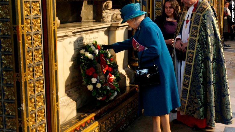 La reina Isabel II deposita una ofrenda floral en la tumba de Sir Isaac Newton en Londres, el 8 de marzo de 2010.