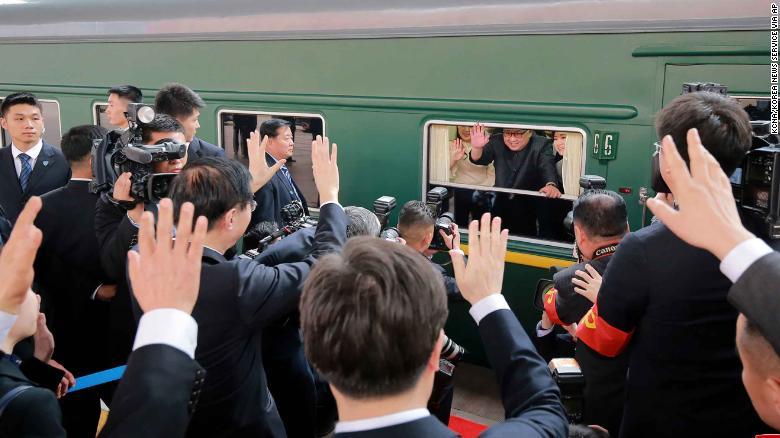 Kim Jong Un saluda durante su salida de la estación de Beijing el martes.