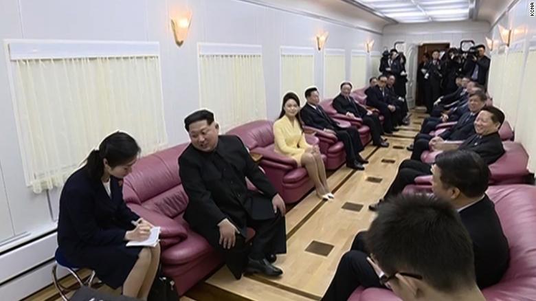 Funcionarios chinos reunidos con Kim en el tren blindado.
