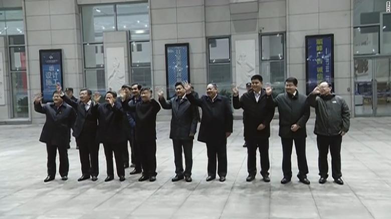 Los funcionarios chinos se despiden cuando el tren de Kim sale de Dandong.