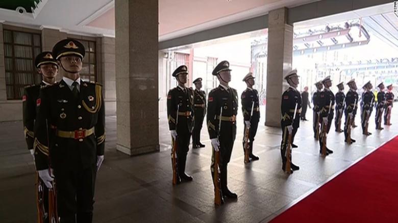Kim recibe una bienvenida ceremonial en la estación de tren de Beijing.