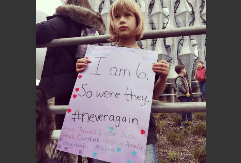 """""""Su nombre es Ella Naylor, de 6 años, y yo la sostuve de bebé cuando sucedió Sandy Hook y juré que no dejaría que eso le pasara a otra mamá. Los defraudé, pero no puedo esta vez"""". Marcha por Nuestras Vidas en Londres, Reino Unido. (Crédito: Wendy Tarpley-Naylor/Instagram)"""