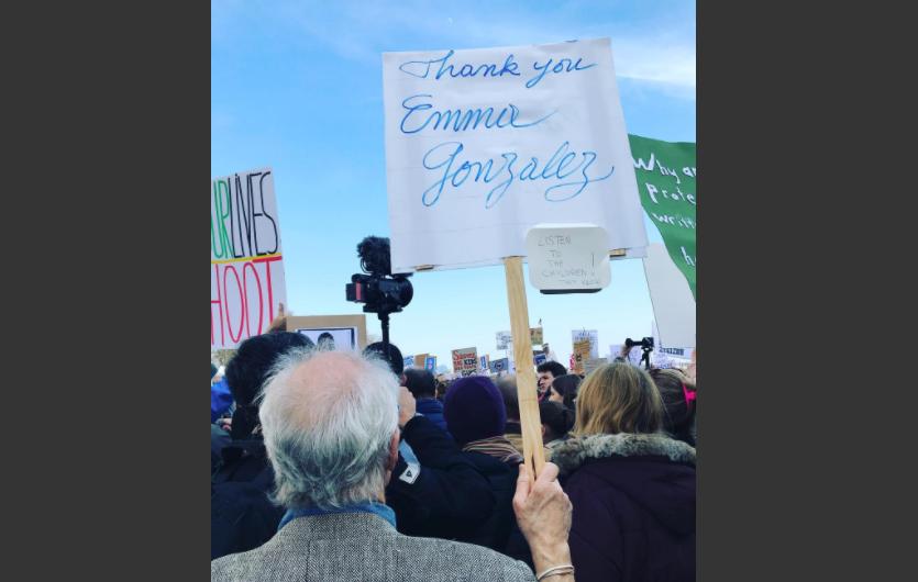 """Jen Wink Hays capturó a un manifestante mayor sosteniendo un cartel que agradece a la sobreviviente de Parkland Emma Gonzalez. """"Gracias Emma Gonzalez"""", dice en letras grandes. Debajo, agregó: """"Escuchen a los niños. Ellos lo saben"""". (Crédito: Jen Wink Hays/Instagram)"""