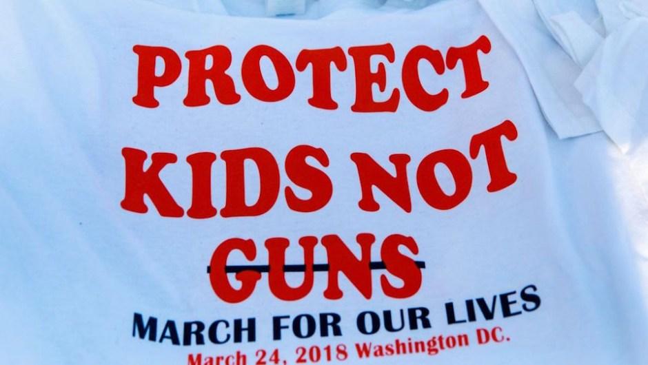 """""""Protejan a los niños, no las armas"""", el mensaje en una camiseta momentos antes del inicio de la Marcha por Nuestras Vidas en Washington. (Crédito: ALEX EDELMAN/AFP/Getty Images)"""