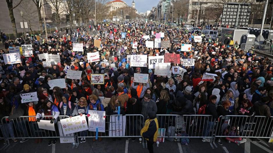 Protestantes se concentran en Pennsylvania Avenue, en Washington, en la Marcha por nuestras vidas. Hay previstas cientos de manifestaciones para pedir al Gobierno de Estados Unidos un mayor control de armas después del tiroteo de Parkland, Florida. (Crédito: Chip Somodevilla/Getty Images)