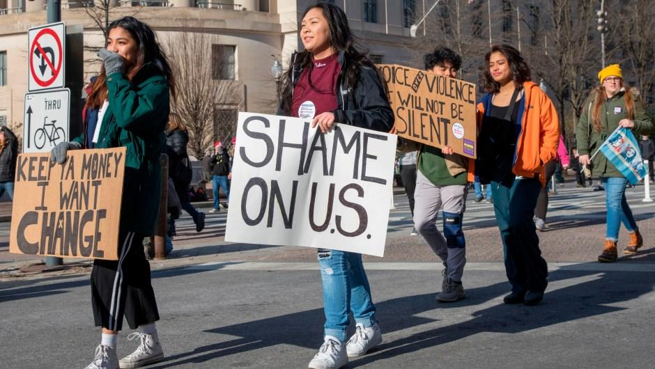 """""""Vergüenza de nosotros/Estados Unidos"""". Cartel con juego de palabras visto entre las primeras manifestantes en la Marcha por Nuestras Vidas, en Washington. (Crédito: ALEX EDELMAN/AFP/Getty Images)"""