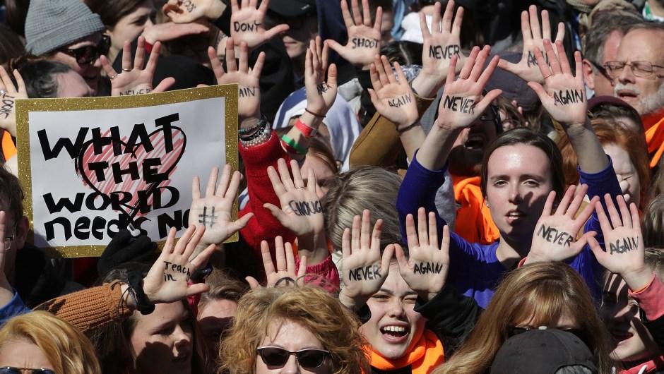 """""""Nunca más"""". """"Nunca más"""". El mensaje de cientos de miles de personas por el control de armas en Estados Unidos en la Marcha por Nuestras Vidas (Crédito: Chip Somodevilla/Getty Images)"""