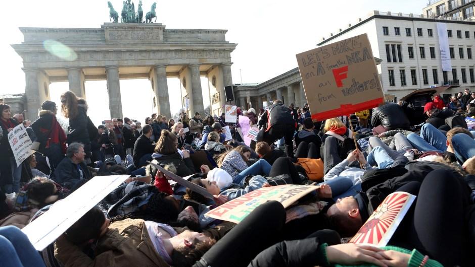Performance en la puerta de Brandeburgo, Alemania, en apoyo a la Marcha por Nuestras Vidas. (Crédito: Adam Berry/Getty Images)