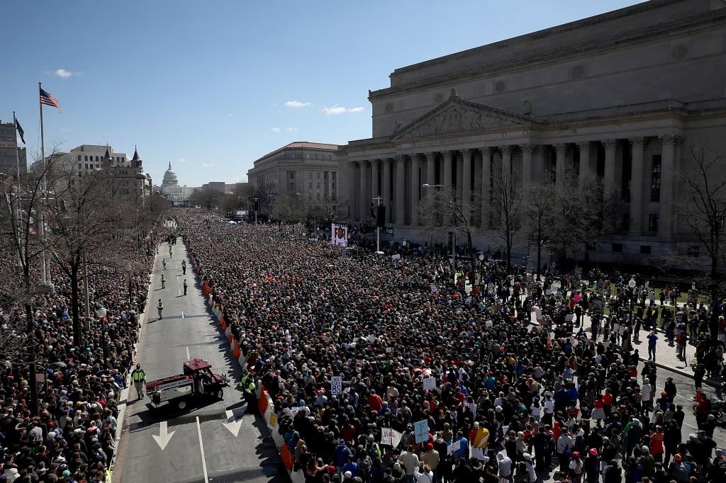Miles de personas se congregaron en la Pennsylvania Avenue en la Marcha por Nuestras Vidas para pedir mayor control de armas. (Crédito: Win McNamee/Getty Images)