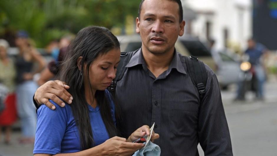 Familiares de prisioneros se abrazan a las puertas de una sede de la policía en Venezuela. (Crédito: JUAN BARRETO/AFP/Getty Images)