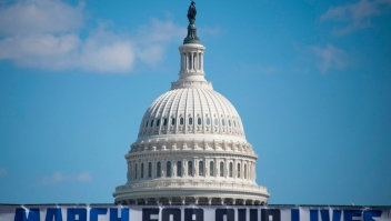Marcha por Nuestras Vidas Washington The March For Our Lives stage sign is seen near the capitol ahead of the anti-gun rally in Washington, DC, on March 23, 2018. / AFP PHOTO / Andrew CABALLERO-REYNOLDS (Photo credit should read ANDREW CABALLERO-REYNOLDS/AFP/Getty Images)