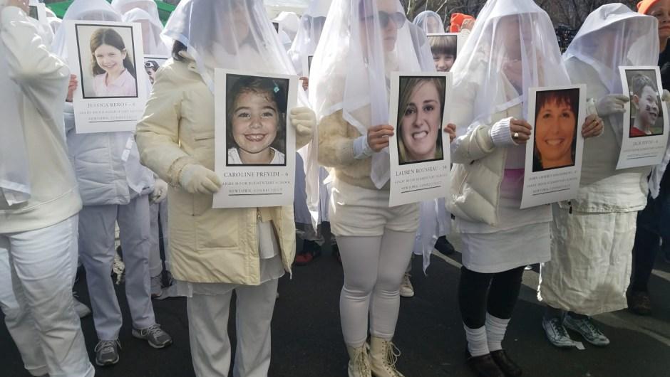Manifestantes portan retratos de víctimas mortales en tiroteos en escuelas para pedir mayor control de armas en Estados Unidos. Marcha por Nuestras Vidas, Nueva York. (Crédito: Yilber Vega/CNN en Español)
