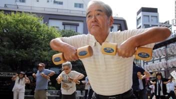 Japonés adulto haciendo ejercicio