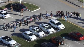 Estudiantes salen de la escuela secundaria Stoneman Douglas en Parkland, Florida, el 14 de febrero de 2017. (Crédito: Joe Raedle/Getty Images)