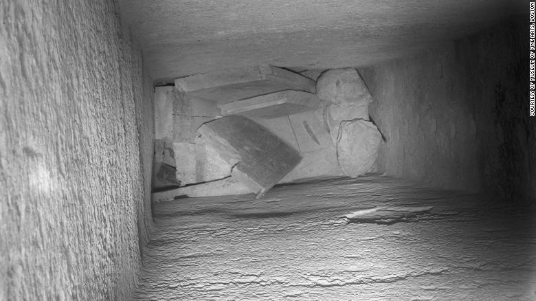 La tumba de Djehutynakht fue encontrada en un foso de 9 metros y los cuerpos habían sido dañados. La mayoría de las joyas de valor habían sido robadas, pero un número de objetos había sido dejado, haciendo del enterramiento uno de los mayores descubiertos.