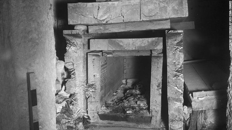 La tumba contenía dos sarcófagos pintados, uno del gobernados y el otro de su esposa.