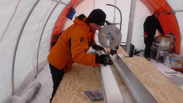 Liz Thomas, del British Antarctic Survey, analiza uno de los núcleos de hielo utilizados en el estudio.