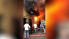 Niños se lanzan de un edificio en llamas