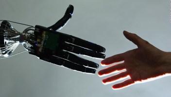 Nació sin una mano y creó su propia prótesis robótica