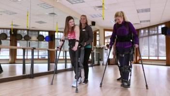 Ella ayuda a otros con parálisis a caminar de nuevo