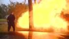 Este auto golpeó una casa y causó una explosión