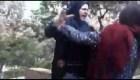 Policía moral iraní ataca a mujer