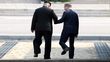 El histórico apretón de manos de Kim y Moon