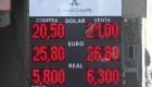 Peso argentino continúa devaluándose frente al dólar